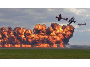 Alevlerin arasında gösteri uçuşu