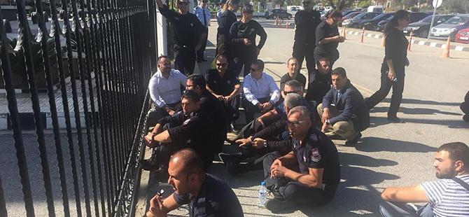 Gardiyanlar Başbakanlık önünde oturma eyleminde!