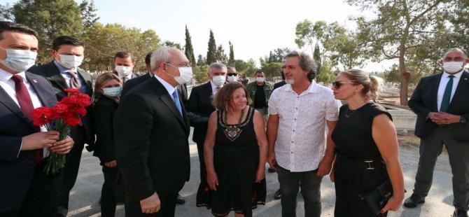 """Kılıçdaroğlu, Kutlu Adalı'nın mezarını ziyaret etti: """"Failler ortada!"""""""