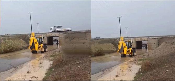 Alt geçit sular altında: Minibüs mahsur kaldı