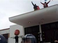 Eylemciler Meclis'in damına tırmandı!
